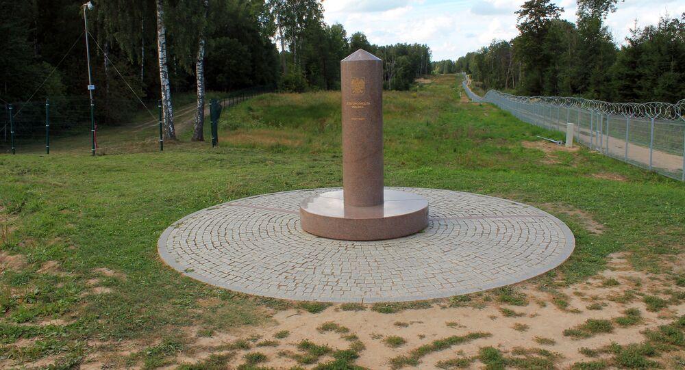 Trójstyk granic Polski, Litwy i Rosji z oddali. Marmurowy obelisk i linie poziome informujące o poszczególnych terytoriach.