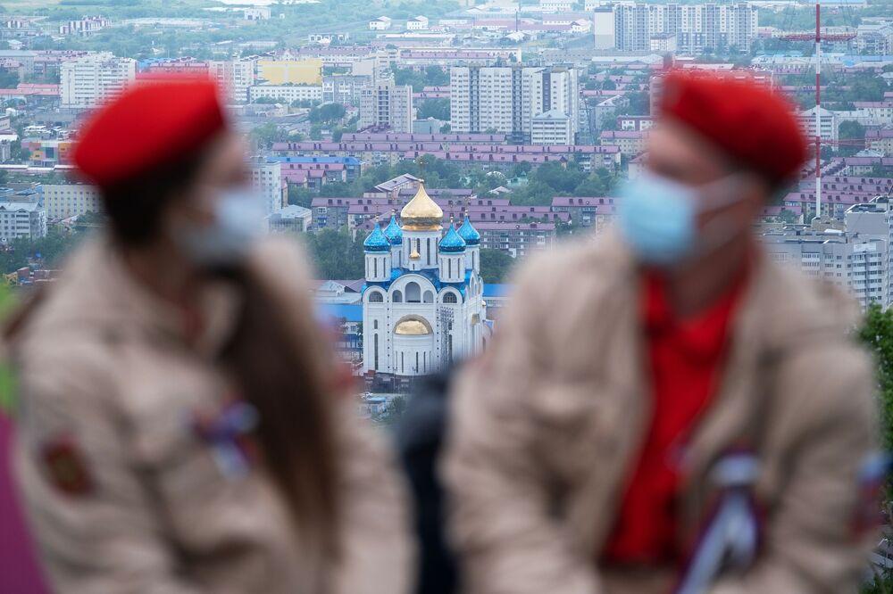 """Uczestnicy akcji """"Flaga Rosji"""" na górze Bolszewik w Jużnosachalińsku"""