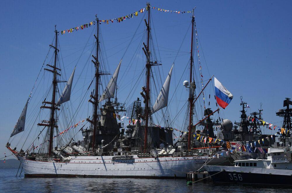 Rosyjskie flagi podczas obchodów Dnia Rosji we Władywostoku