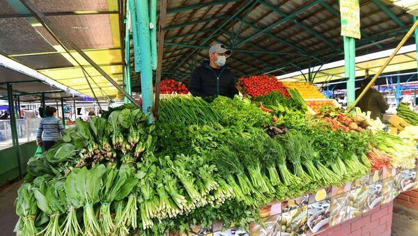 Stoisko z warzywami na rynku w Moskwie - Sputnik Polska