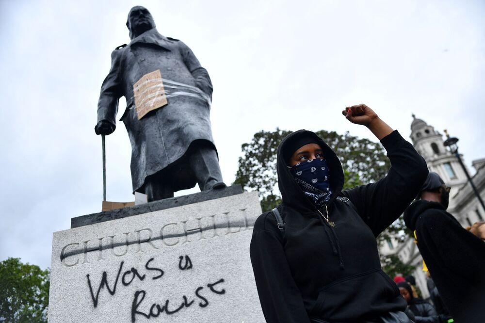 "Graffiti na pomniku Winstona Churchilla na Placu Parliament Square w czasie akcji protestu ""Black Lives Matter"" w Londynie po śmierci George'a Floyda."