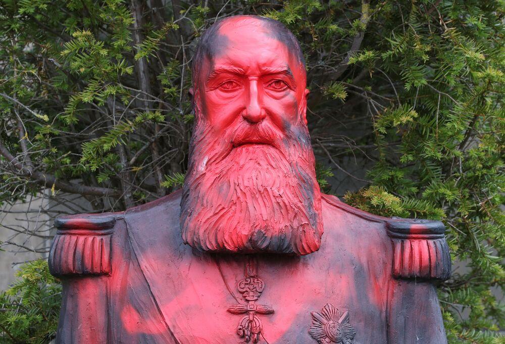 Zbezczeszczenie pomnika króla kolonizatora Leopolda II w Belgii.