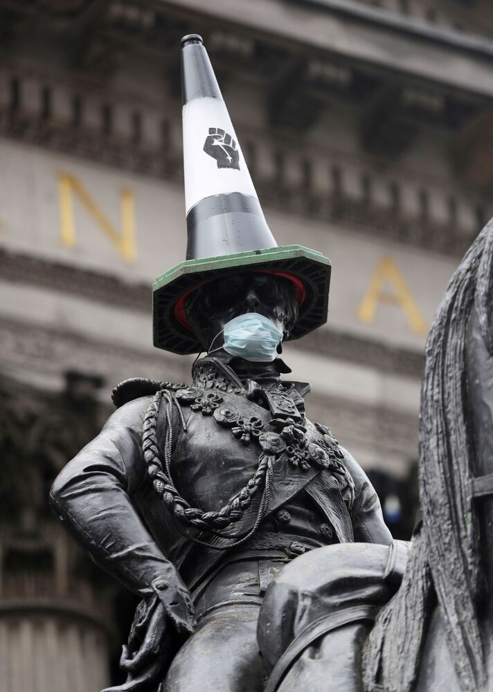 Pomnik konny Arthura Wellesley'a, 1. księcia Wellington z pachołkiem drogowym na głowie i w masce medycznej po protestach w Glasgow, Wielka Brytania.