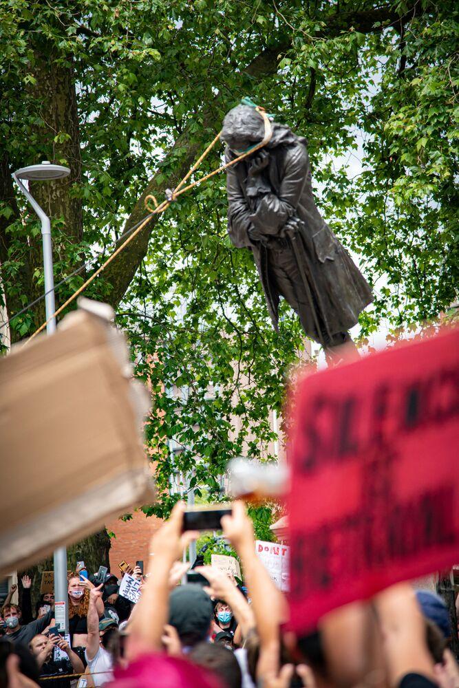 Demonstranci demontują statuę Edwarda Colstona, Brystol, Wielka Brytania.