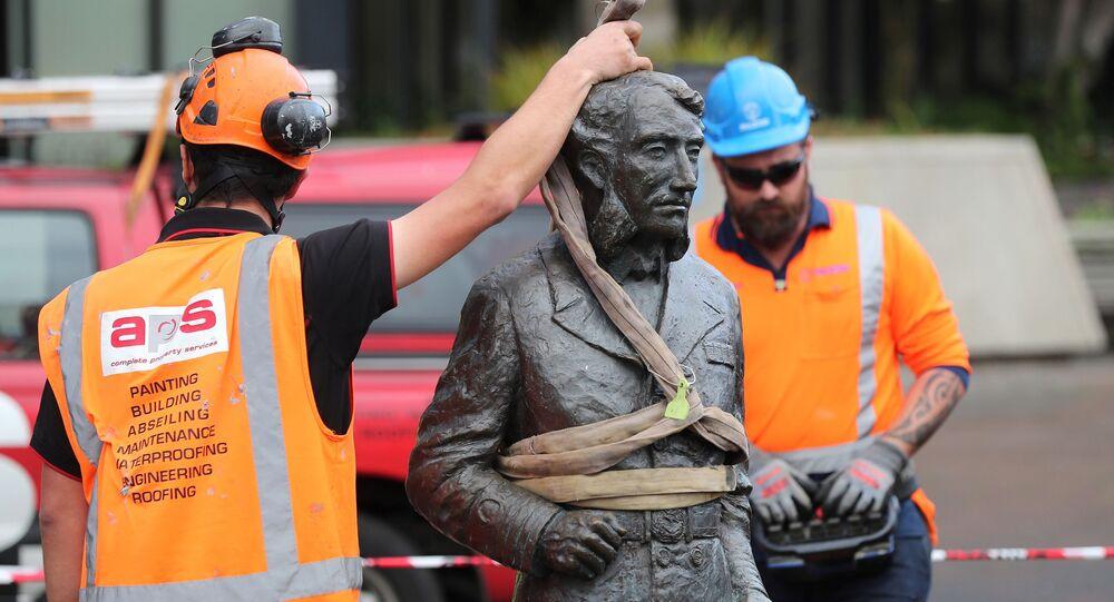 Robotnicy usuwają statuę kapitana Charlesa Hamiltona z Placu Obywatelskiego w Hamilton z powodu zagrożenia.