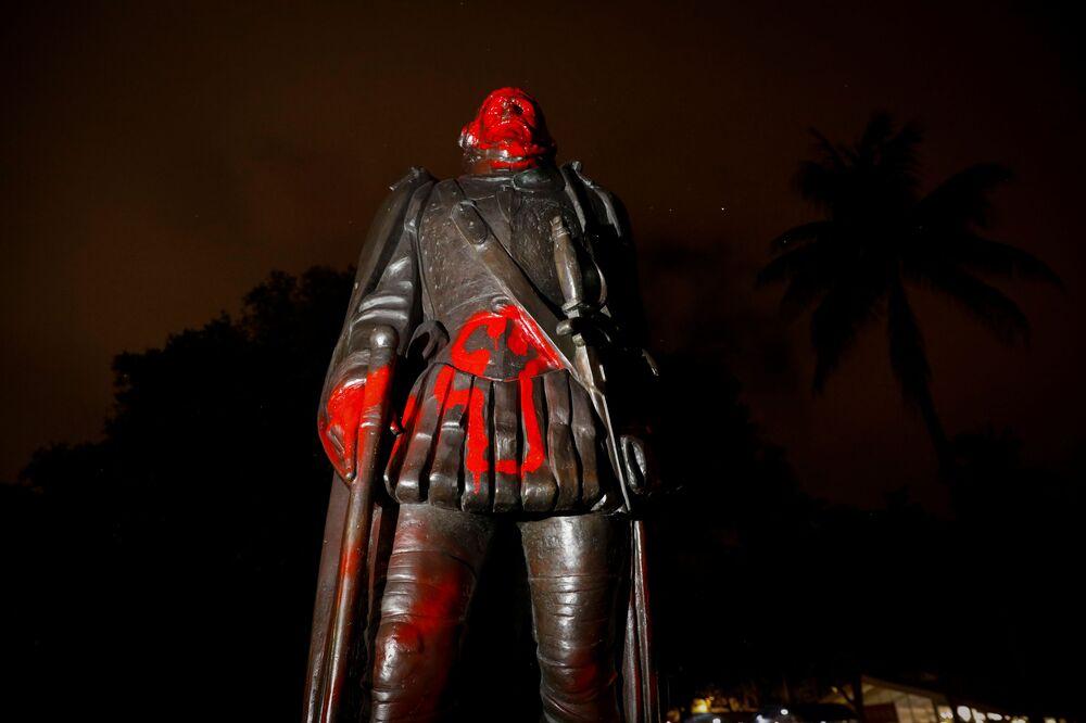 Zbezczeszczony pomnik Krzysztofa Kolumba, Miami, stan Floryda, Stany Zjednoczone.