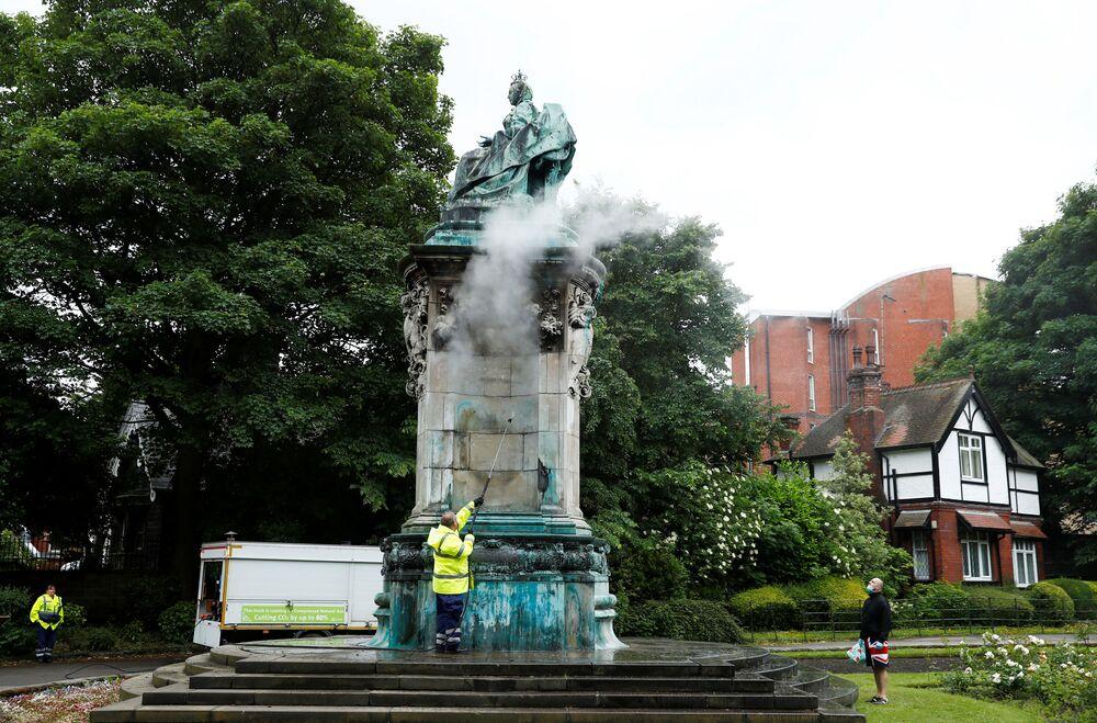 Ze Statui królowej Wiktorii są usuwane napisy, Leeds, Wielka Brytania.
