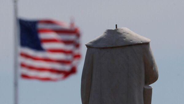 Protestujący pozbawili głowy monument odkrywcy Ameryki Krzysztofa Kolumba w Bostonie - Sputnik Polska