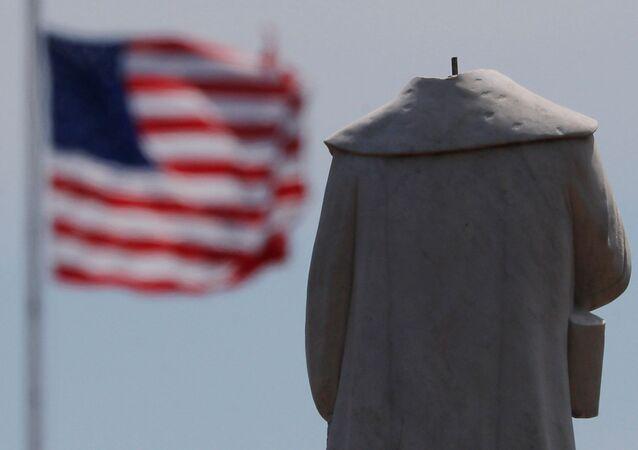 Protestujący pozbawili głowy monument odkrywcy Ameryki Krzysztofa Kolumba w Bostonie.