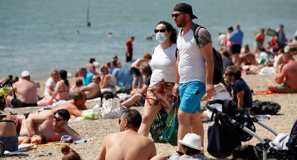 Para w maskach na plaży