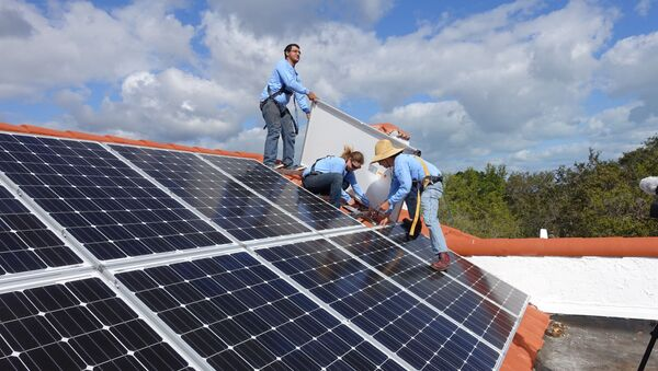 Instalacja paneli słonecznych na dachu - Sputnik Polska