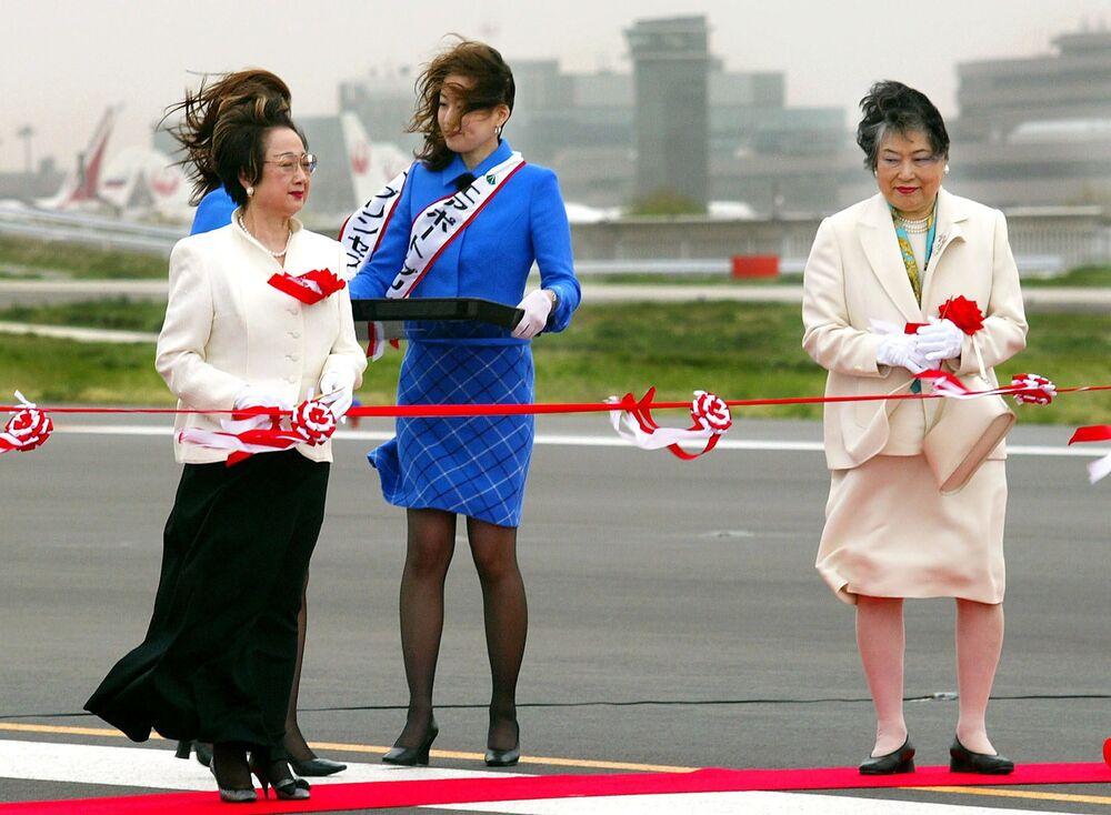 Japońska polityk Chikage Oogi podczas ceremonii otwarcia drugiego pasa startowego nowego międzynarodowego lotniska w Tokio w Naricie, 2002 rok