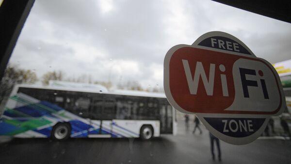 Znak punktu dostępu do Internetu WiFi w autobusie miejskim - Sputnik Polska