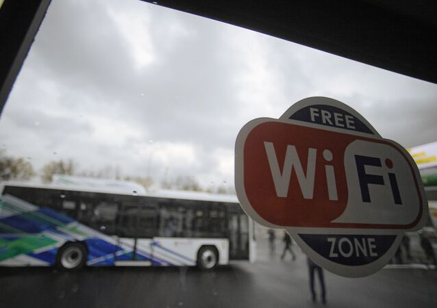 Znak punktu dostępu do Internetu WiFi w autobusie miejskim