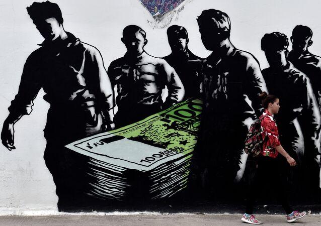 Graffiti Death of Euros na murach szkoły w Atenach