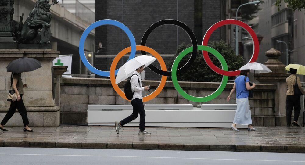 Pierścienie olimpijskie ustanowione na Igrzyska Olimpijskie 2020 w centrum Tokio