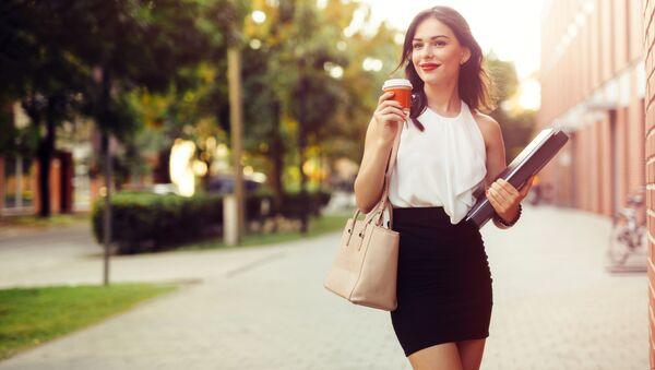 Bizneswoman z kubkiem kawy - Sputnik Polska