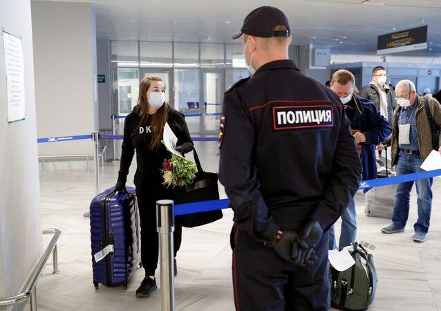 Pasażerowie w strefie wydawania bagażu na lotnisku Chrabrowo w Kaliningradzie
