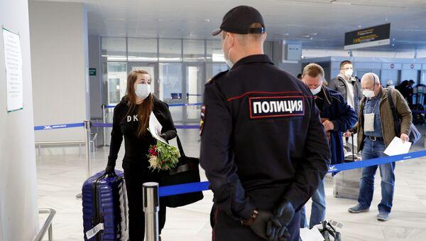 Pasażerowie w strefie wydawania bagażu na lotnisku Chrabrowo w Kaliningradzie - Sputnik Polska