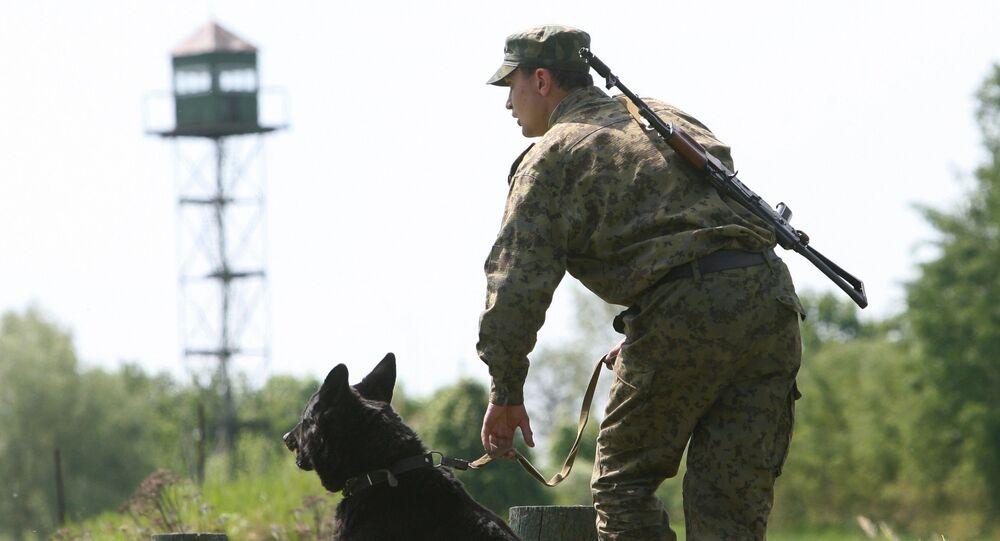 Funkcjonariusz Straży Granicznej z psem na rosyjsko-polskiej granicy w obwodzie kaliningradzkim