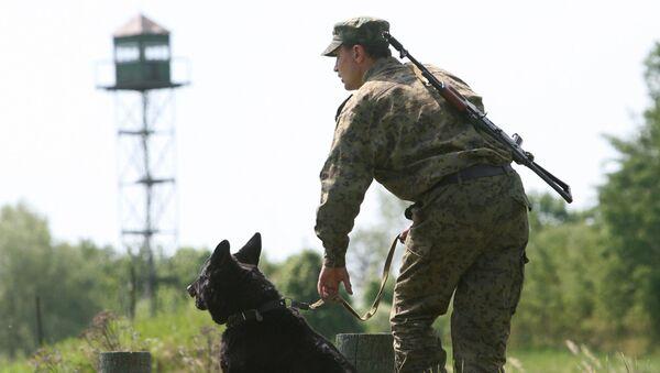 Funkcjonariusz Straży Granicznej z psem na rosyjsko-polskiej granicy w obwodzie kaliningradzkim - Sputnik Polska