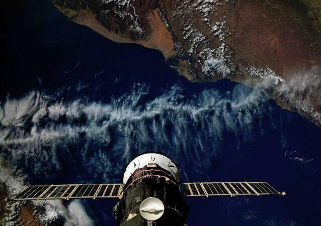 Statek transportowy Progress MS-13 zadokowany do Międzynarodowej Stacji Kosmicznej lecie nad Jemenem