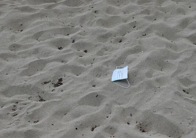 Maska ochronna na plaży