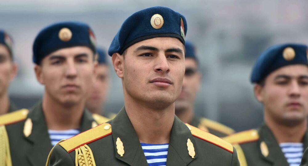 Żołnierze Sił Zbrojnych Tadżykistanu podczas ceremonii przekazania Rosji broni przez Tadżykistan w celu ochrony granicy