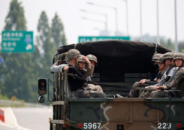 Południowokoreańscy żołnierze jadą samochodem w pobliżu strefy zdemilitaryzowanej dzielącej dwie Koree