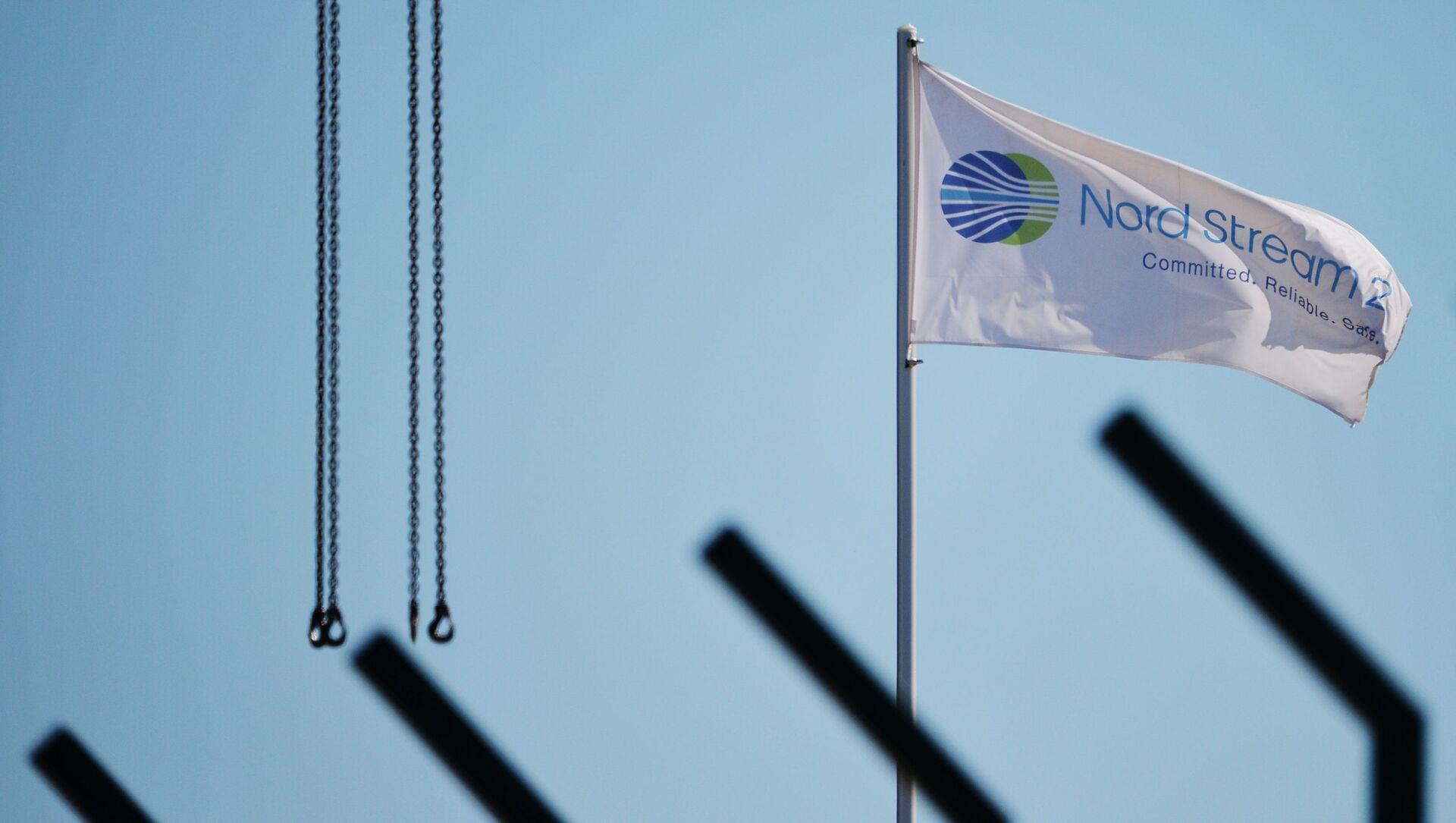 Flaga z symbolami spółki Nord Stream 2 AG,  prowadzącej budowę gazociągu Nord Stream 2  - Sputnik Polska, 1920, 28.05.2021