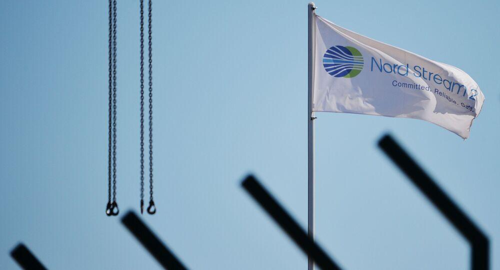 Flaga z symbolami spółki Nord Stream 2 AG,  prowadzącej budowę gazociągu Nord Stream 2
