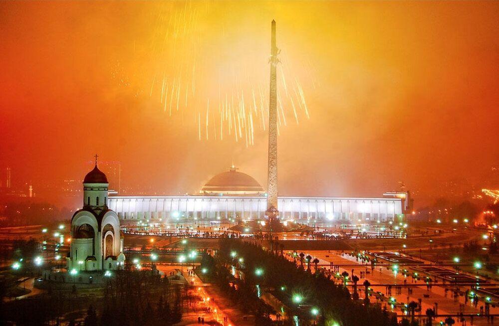 Sztuczne ognie na cześć dnia Kosmonautyki w Moskwie