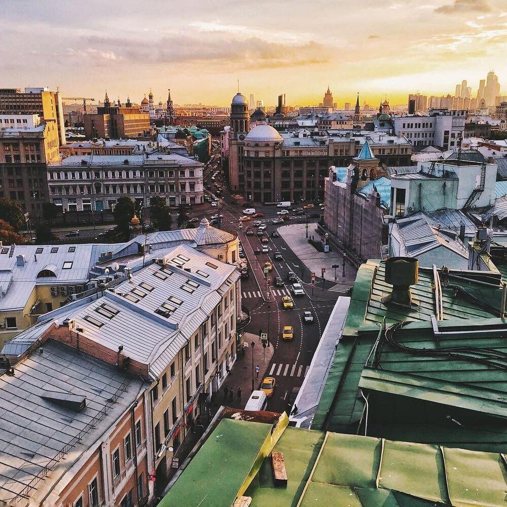 Zachód słońca. Widok z jednego moskiewskiego dachu w centrum miasta
