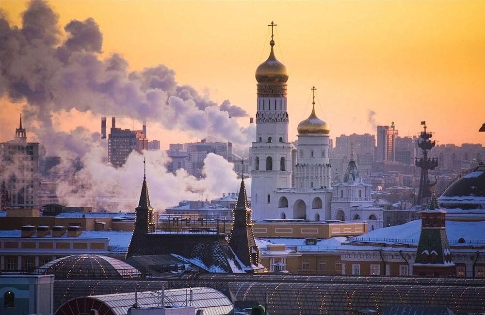Widok na nocną Moskwę z jednego z dachów w centrum miasta