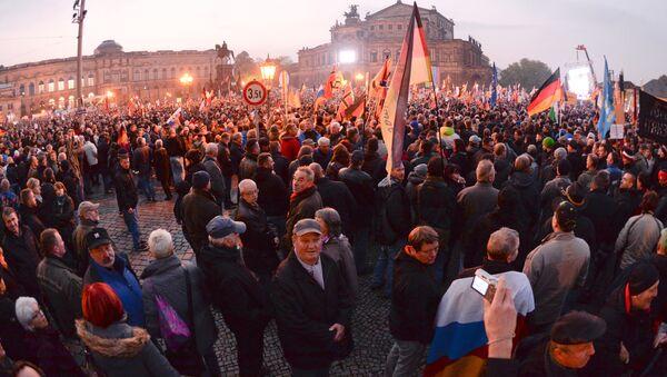 Zwolennicy ruchu PEGIDA na antyislamskim wiecu w Dreźnie, Niemcy - Sputnik Polska