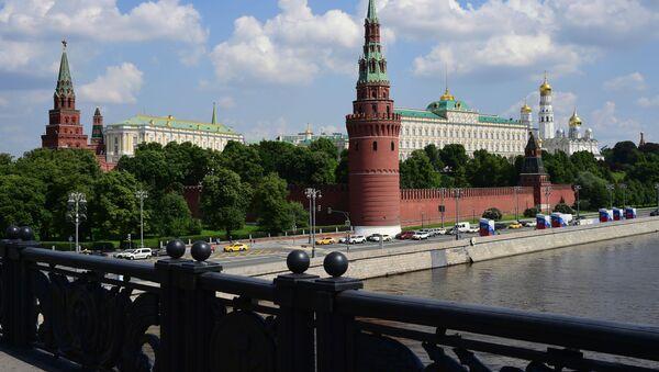 Ruch samochodowy przy Kremlu w Moskwie - Sputnik Polska