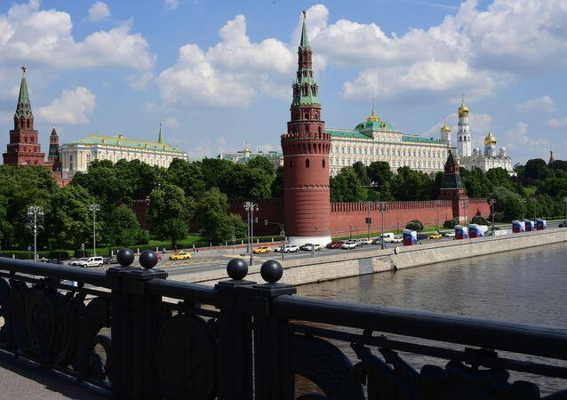 Ruch samochodowy przy Kremlu w Moskwie
