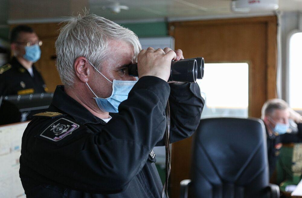 Personel wojskowy podczas taktycznych ćwiczeń sił poszukiwawczo-ratowniczych Floty Północnej Rosji na Morzu Barentsa