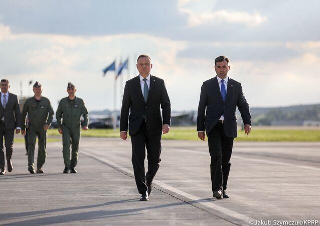 Prezydent Andrzej Duda na lotnisku Balice przed wylotem do USA