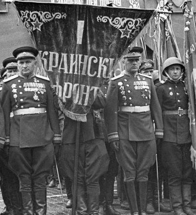 Dowództwo 1 Frontu Ukraińskiego na Defiladzie Zwycięstwa. Pierwszy od lewej - marszałek Iwan Koniew