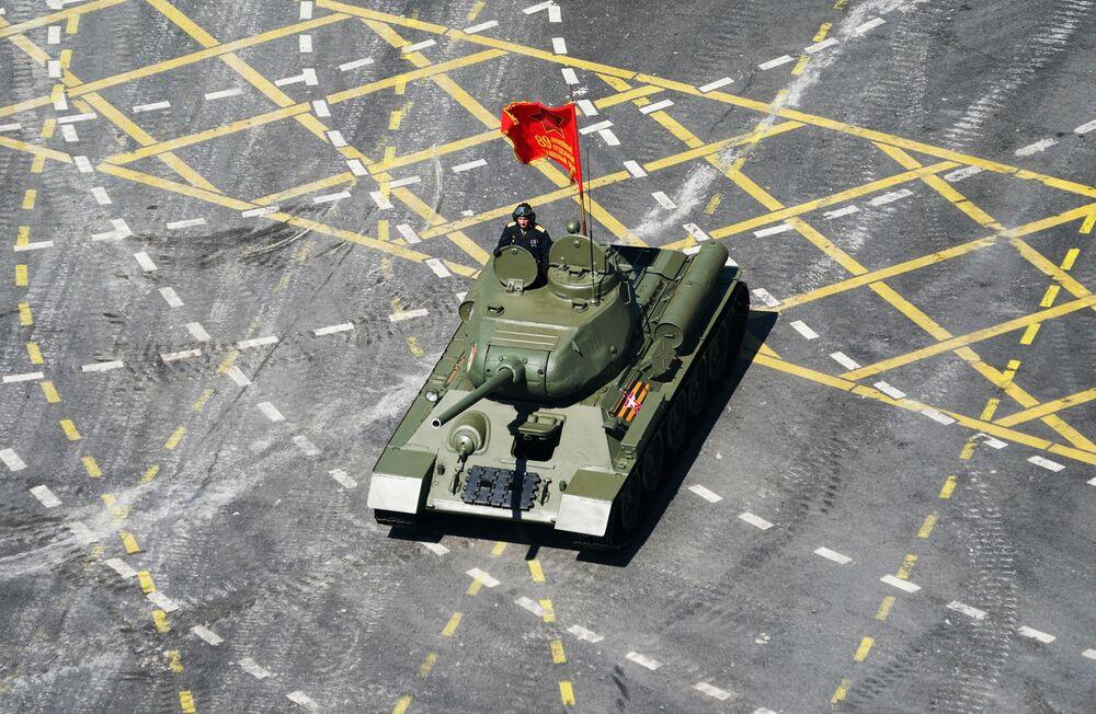 Czołg T-34 na Defiladzie Zwycięstwa 2020 w Moskwie