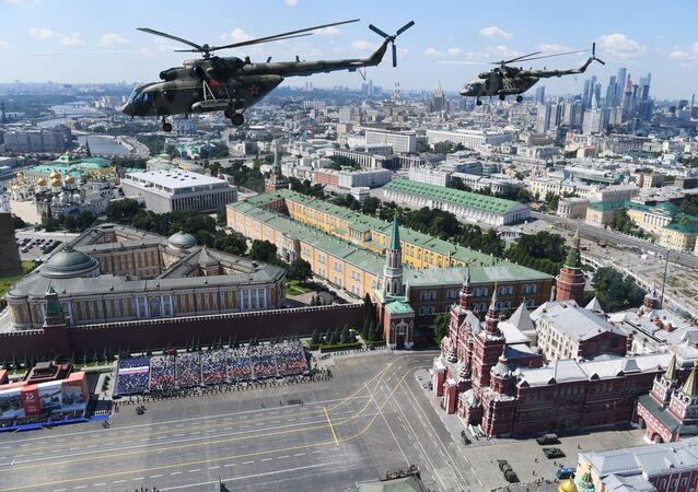 Śmigłowce Mi-8 na Defiladzie Zwycięstwa 2020 w Moskwie