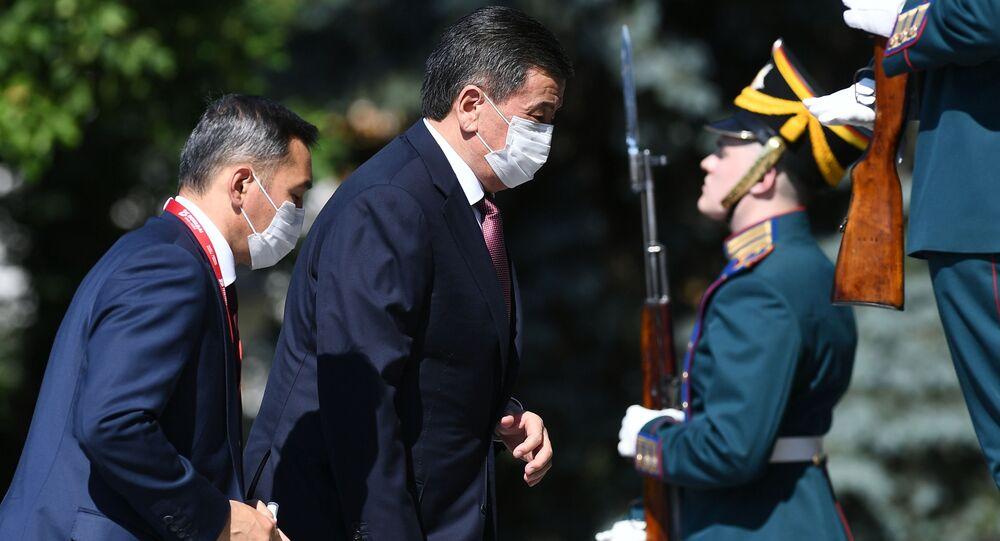 Prezydent Kirgistanu Sooronbaj Dżeenbekow przed rozpoczęciem Defilady Zwycięstwa w Moskwie