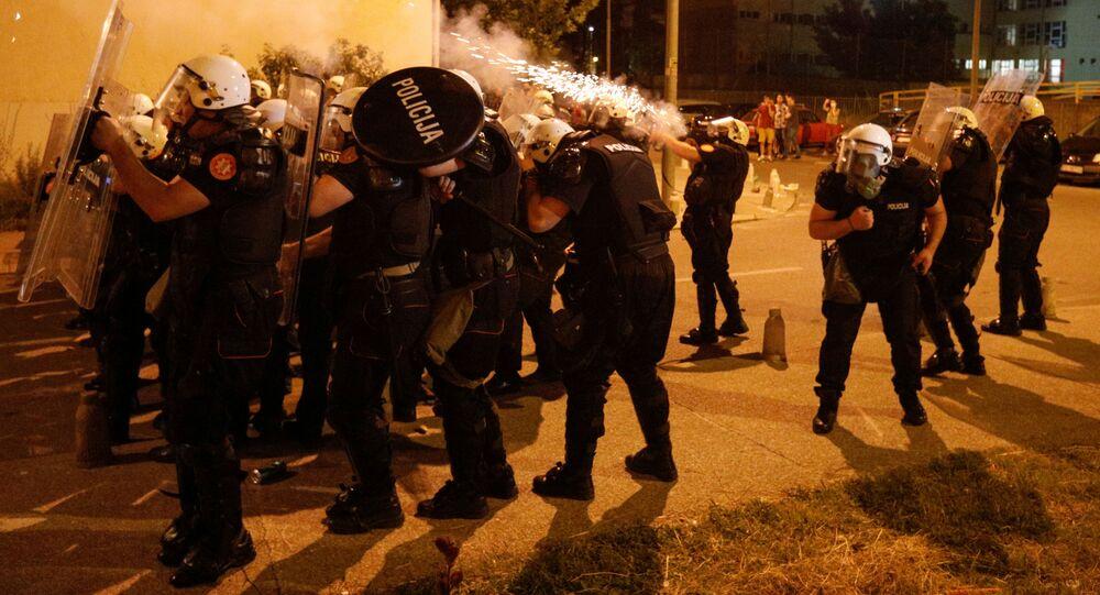 Siły specjalne czarnogórskiej policji używają gazu łzawiącego podczas zamieszek w Podgoricy.