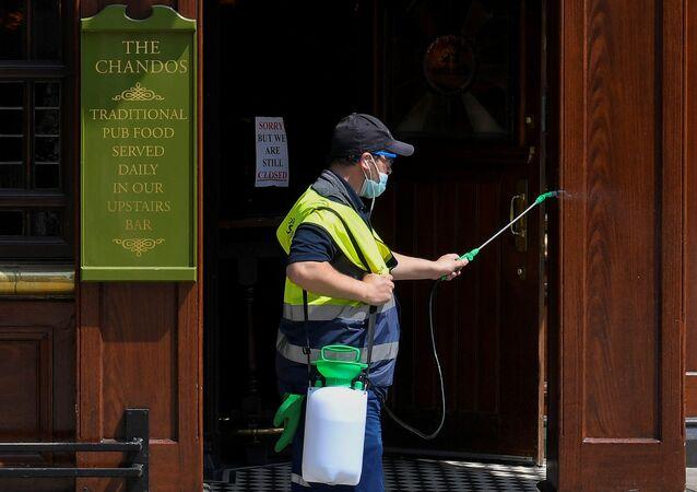 Dezynfekcja pubu w Londynie