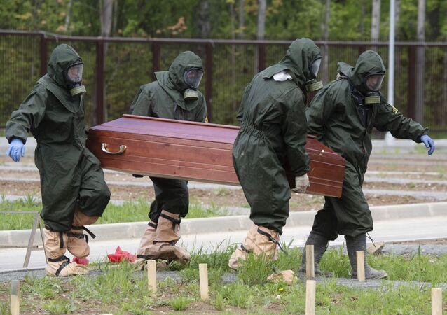 Pogrzeb ofiary koronawirusa na Cmentarzu Butowskim w Moskwie