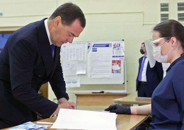 Dmitrij Miedwiediew głosuje ws. poprawek do Konstytucji FR