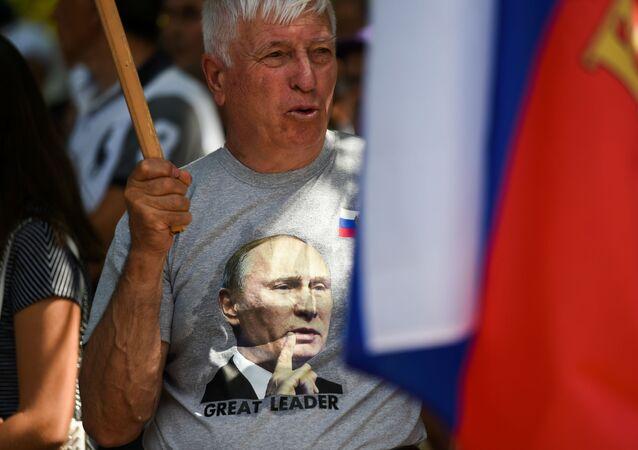 Mężczyzna w koszulce z wizerunkiem Władimira Putinana corocznym spotkaniu rusofilów w Koprince, Bułgaria