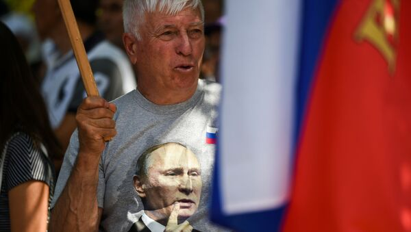 Mężczyzna w koszulce z wizerunkiem Władimira Putinana corocznym spotkaniu rusofilów w Koprince, Bułgaria - Sputnik Polska