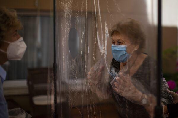 Isabelle Perez Lopez, 96 lat, po raz pierwszy od 100 dni się ze swoją córką, Beatrice Segura w domu opieki w Barcelonie  - Sputnik Polska